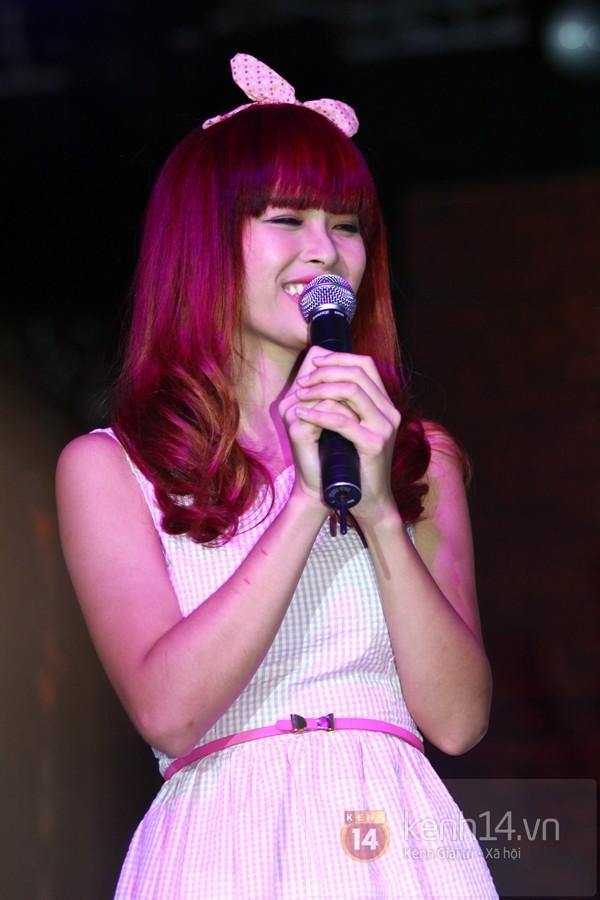 Đông Nhi diện váy hồng công chúa nhí nhảnh bên fan - Hình 1