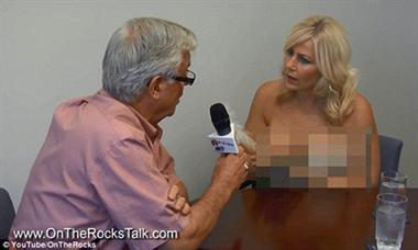 """Nữ phóng viên để """"ngực trần"""" phỏng vấn thị trưởng nguoi mau 1"""