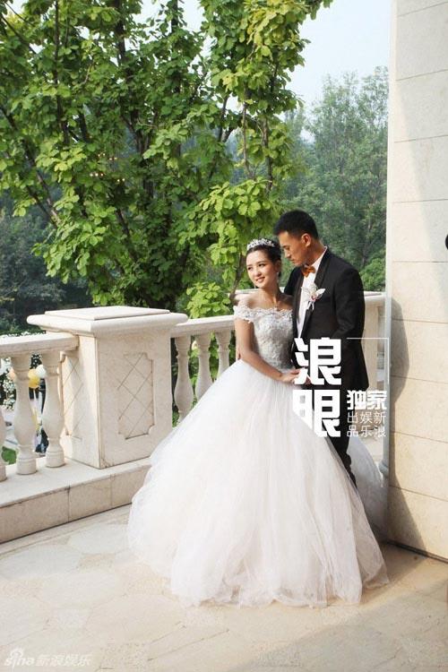Cô dâu Hà Khiết cười rạng rỡ trong ngày cưới - Hình 1