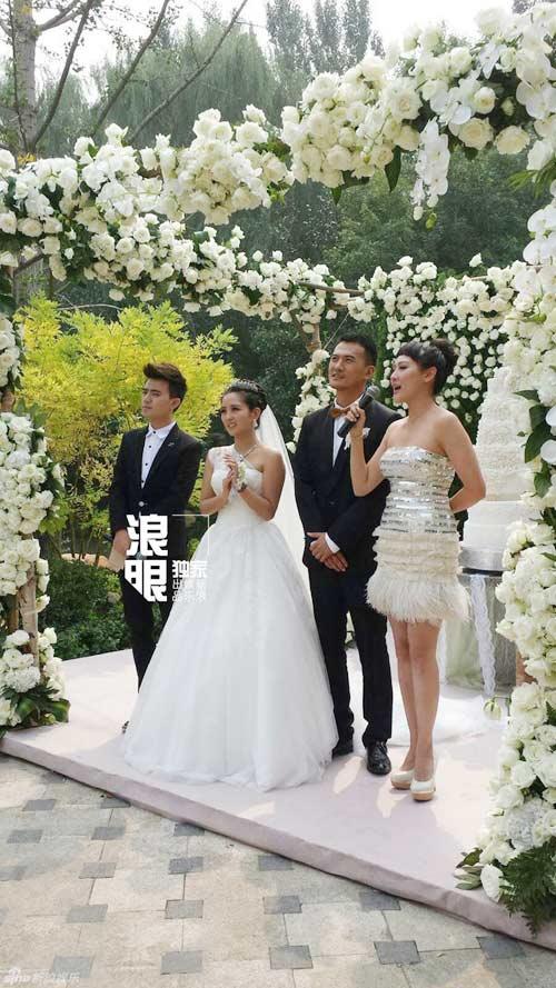 Cô dâu Hà Khiết cười rạng rỡ trong ngày cưới - Hình 9