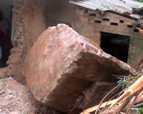 Nghệ An: Lở núi, đá đè sập nhà dân - Hình 1