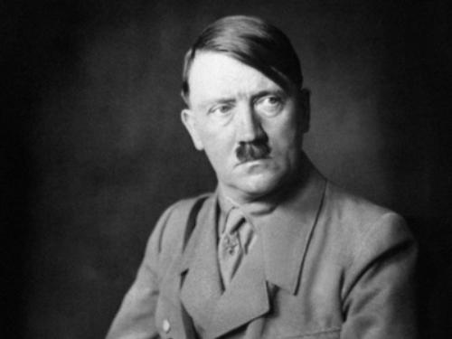 Trùm phát xít Hitler lại bị tước danh hiệu công dân danh dự - Hình 1