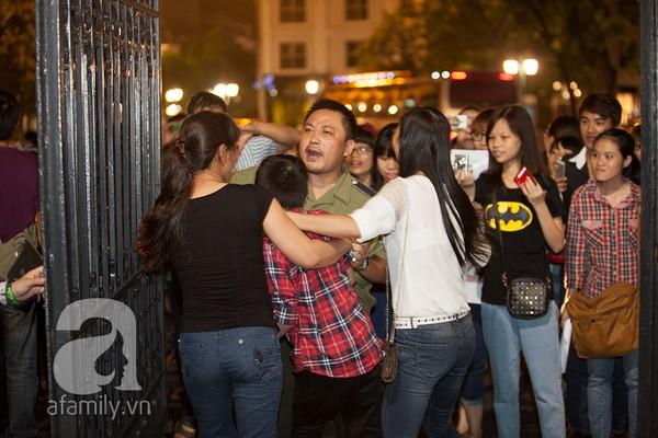 Quang Anh bị khán giả nữ vây kín - Hình 1