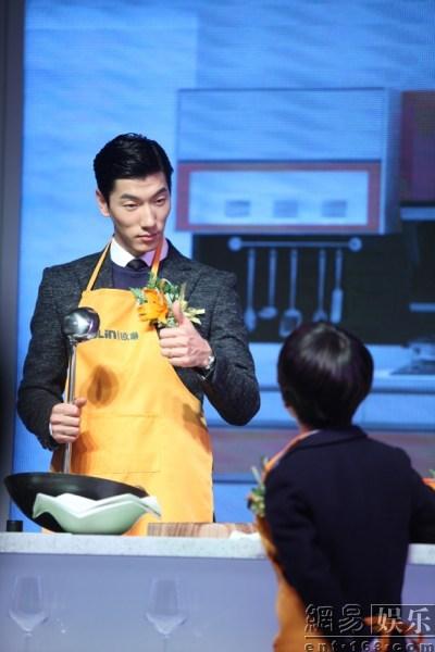 Siêu mẫu Trương Lượng hút fan khi nghiêm khắc dạy quý tử nấu ăn