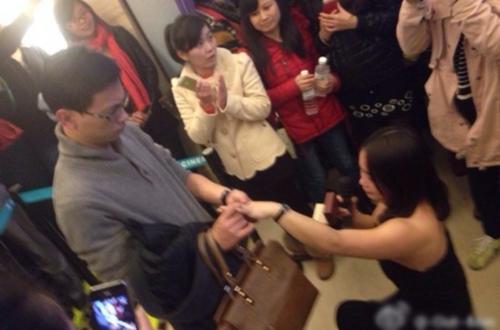 Bạn gái quỳ gối cầu hôn, chàng trai miễn cưỡng nhận lời 3gp mp4 hd full 1
