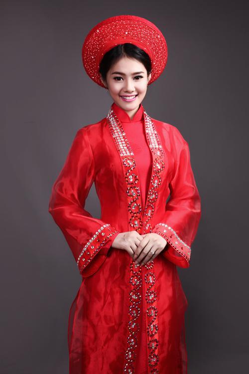 Á hậu Linh Chi xinh đẹp đa sắc cùng áo dài - Hình 12