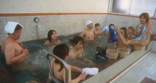 Nam nữ trần như nhộng tắm chung ở Nhật Bản