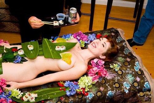 Chiếc bàn ăn được làm từ gái nude 100%