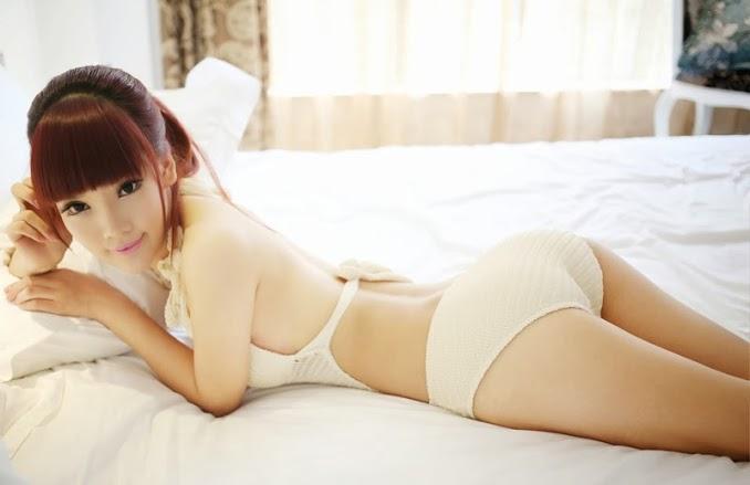 Gái đẹp làn da mịn màng trên giường