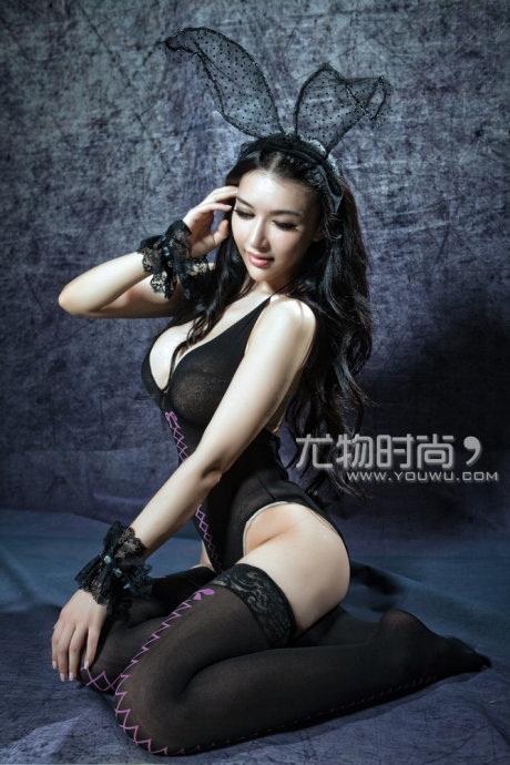 Trương Uyển Du khoe thân hình nóng bỏng với trang phục thỏ đen anh em 2