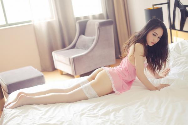 Cha dượng rủ làm chuyện người lớn: bé gái tự lột yphục | Lon Gai Chua
