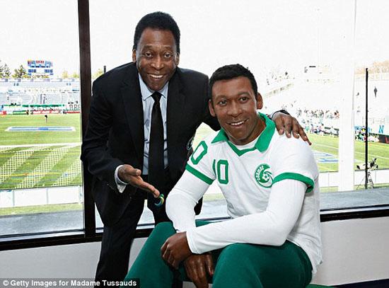 Vua bóng đá Pele chụp ảnh với tượng sáp của chính mình - Hình 1