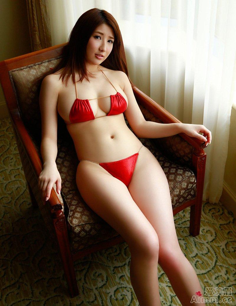 Arisa, áo ngực màu đỏ chứng tỏ rất dâm