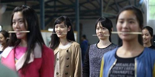 Thiếu nữ Trung Quốc ngậm đũa để học cười anh nude 0