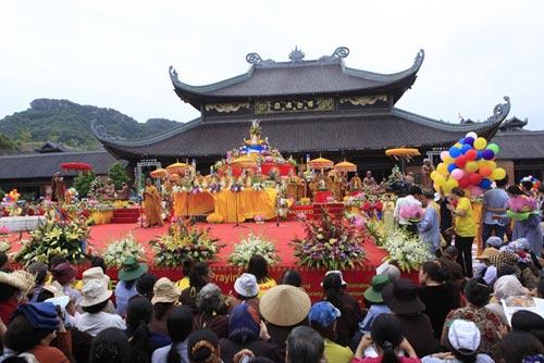 Chùm ảnh: Dân tranh nhau té nước... tắm cho Phật - Hình 1