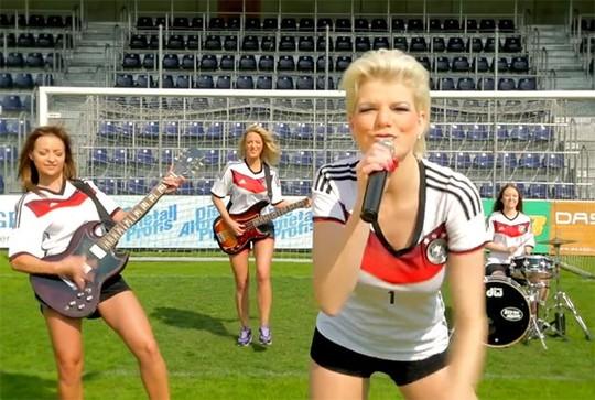 Người đẹp Đức tung clip gợi cảm cổ vũ đội nhà - Hình 1