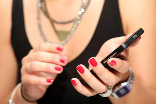5 ảnh hưởng của điện thoại di động với làn da - Hình 1