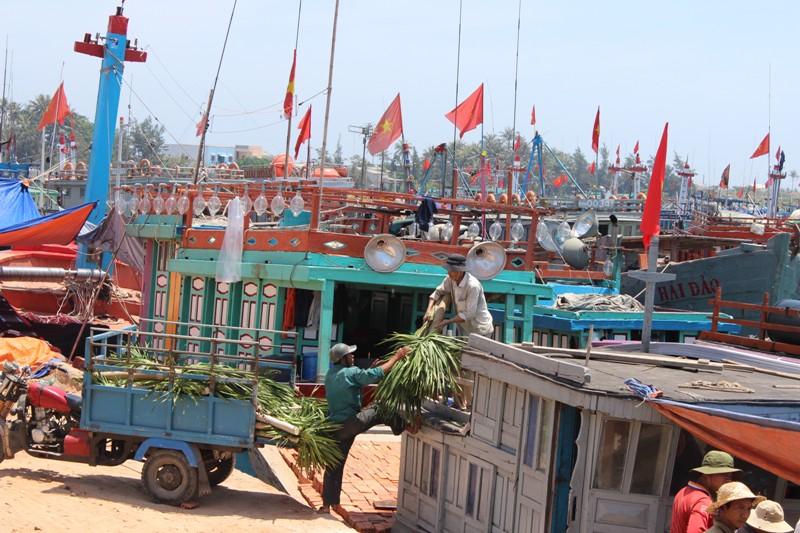 Bệnh viện Bạch Mai: Ủng hộ ngư dân hơn 353 triệu đồng - Hình 1