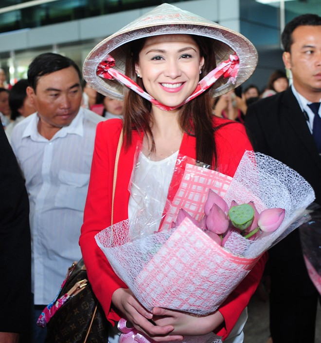 Mỹ nhân phim đồng tính Philippines nổi bật ở sân bay Sài Gòn - Hình 1