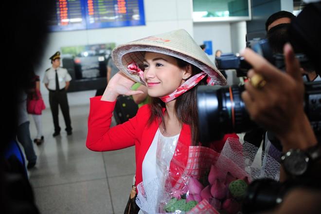Mỹ nhân phim đồng tính Philippines nổi bật ở sân bay Sài Gòn - Hình 3