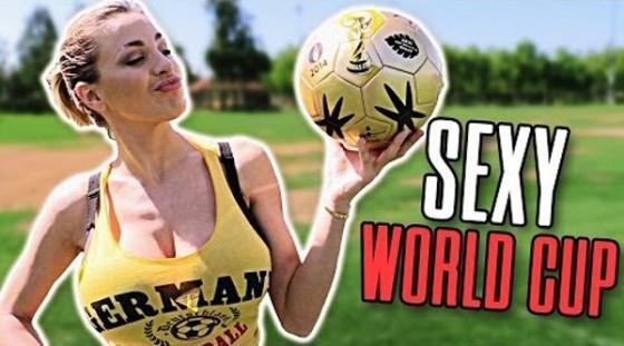 Mỹ nhân siêu vòng 1 cổ vũ nhiệt tình cho tuyển Đức