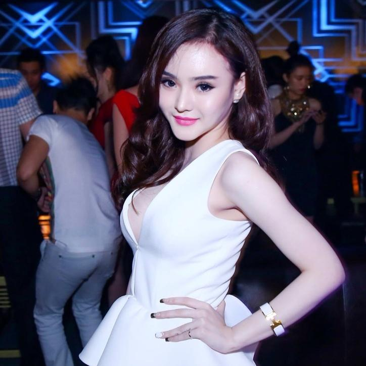 Em gái Angela Phương Trinh diện váy hở bạo, liên tục khoe ngực - Hình 1