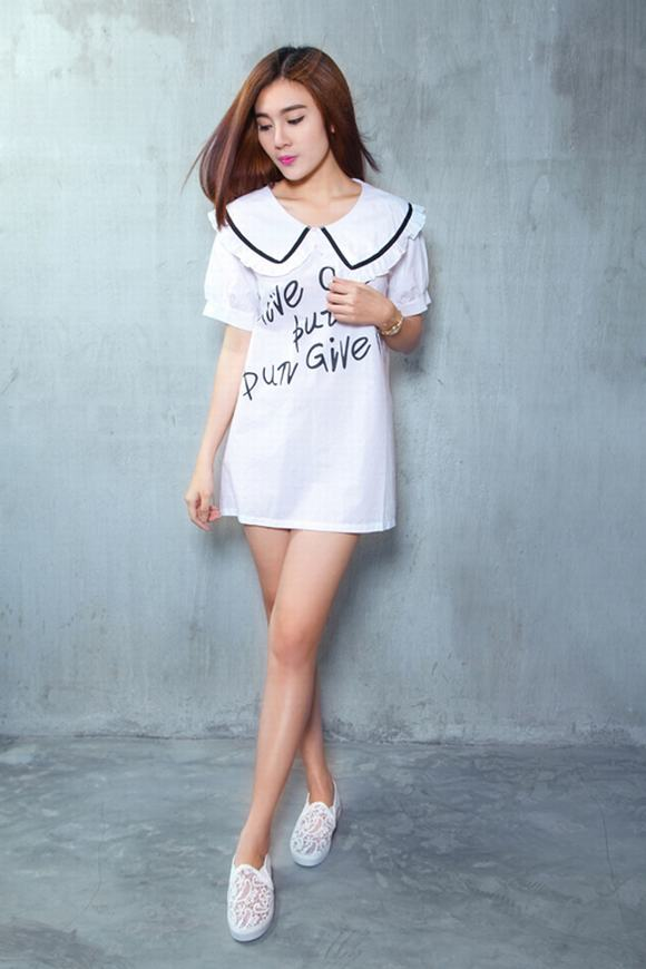 Á Khôi Tăng Huỳnh Như mix trang phục trắng đen tối giản - Hình 1