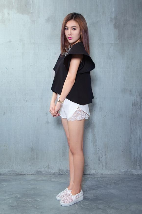 Á Khôi Tăng Huỳnh Như mix trang phục trắng đen tối giản - Hình 8