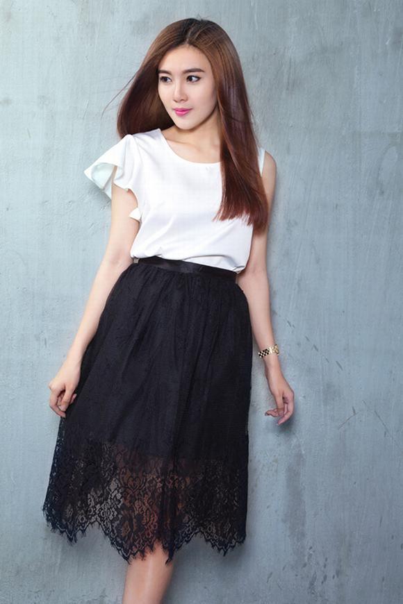 Á Khôi Tăng Huỳnh Như mix trang phục trắng đen tối giản - Hình 12