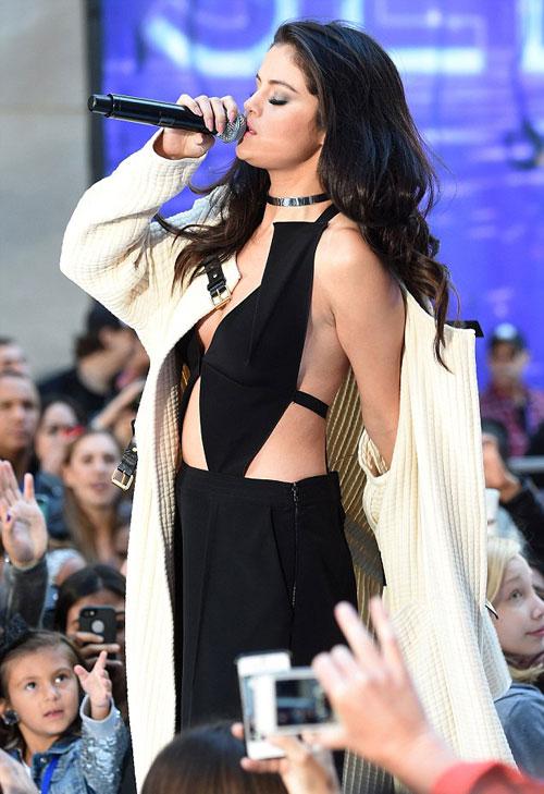 Selena Gomez gợi cảm bất ngờ trên sân khấu - Hình 1