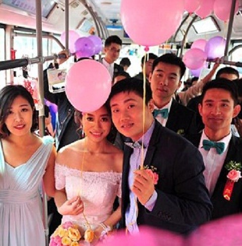 Trung Quốc: Chú rể chơi trội đón dâu bằng xe buýt - Hình 5