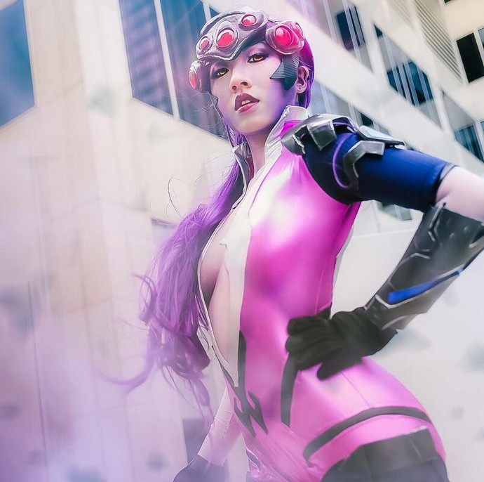 Bất ngờ với cosplay nữ xạ thủ gợi cảm trong bom tấn Overwatch - Hình 2