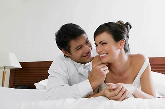 Đêm tân hôn của bác sĩ phụ khoa và gái trinh - Hình 1