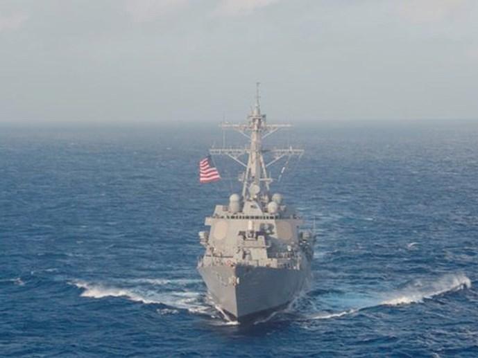Tàu chiến Mỹ xuyên qua khu vực 12 hải lý quanh đảo Trung Quốc xây phi pháp ra sao? - Hình 1