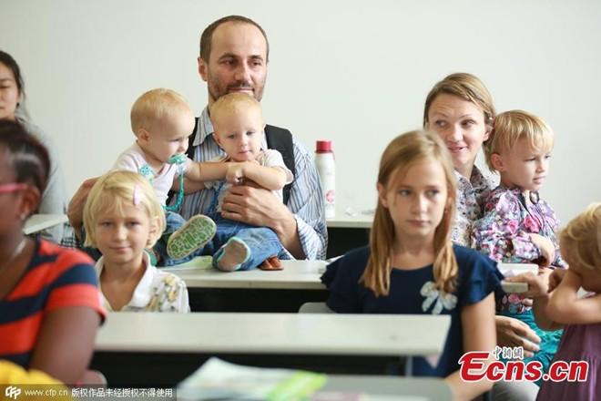 Sinh viên 36 tuổi đưa vợ và 6 con tới lớp - Hình 1