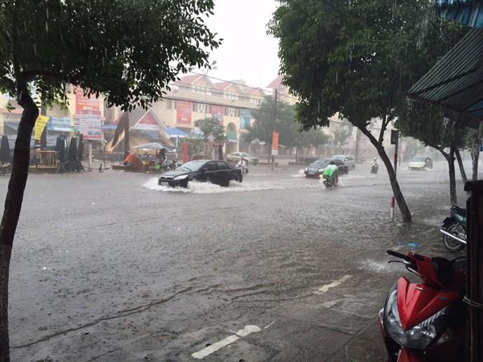 Đô thị... mới mưa đã ngập - Hình 1