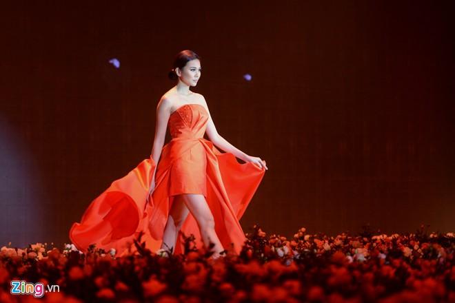 Thanh Hằng diện váy đỏ rực làm vedette - Hình 1