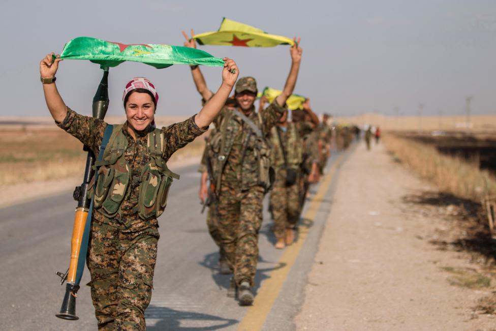 Vẻ đẹp của những đóa hồng gai cầm súng chống IS - Hình 1