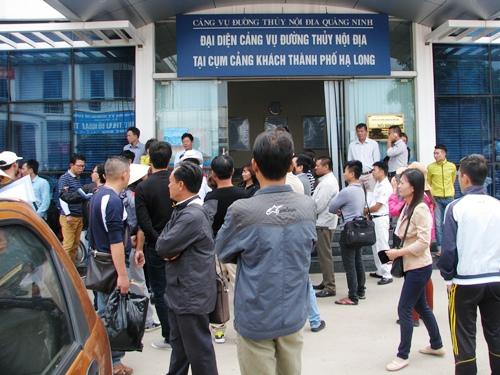 Hàng trăm du khách mắc kẹt tại bến tàu Bãi Cháy - Hình 1