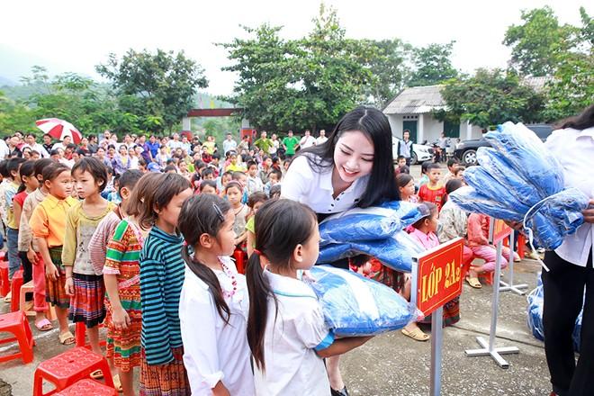 Hoa hậu Ngọc Anh tặng áo ấm cho trẻ em Hà Giang - Hình 1