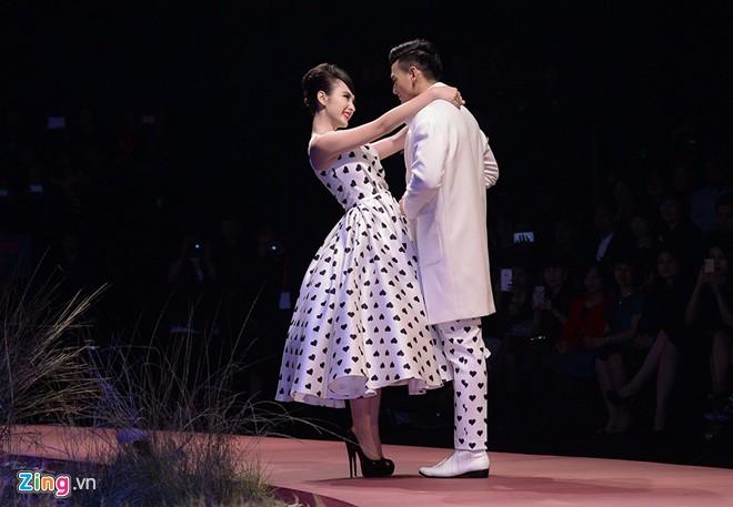 Angela Phương Trinh hôn mẫu nam trên sàn diễn thời trang
