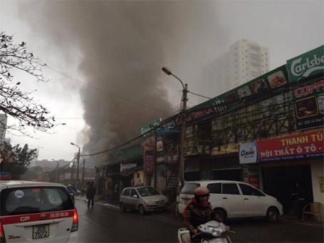 Hà Nội: Cháy gara ô tô, nhiều xe hạng sang thoát nạn - Hình 2