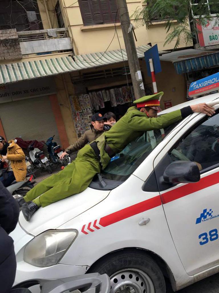 Hà Nội: Tài xế taxi hất cảnh sát lên nắp ca-pô - Hình 2
