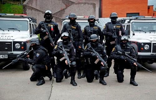 Cảnh sát Bosnia đột kích vào ngôi làng treo cờ IS - Hình 1