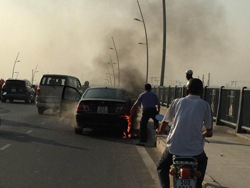 Cháy ô tô trên cầu Thủ Thiêm - Hình 1