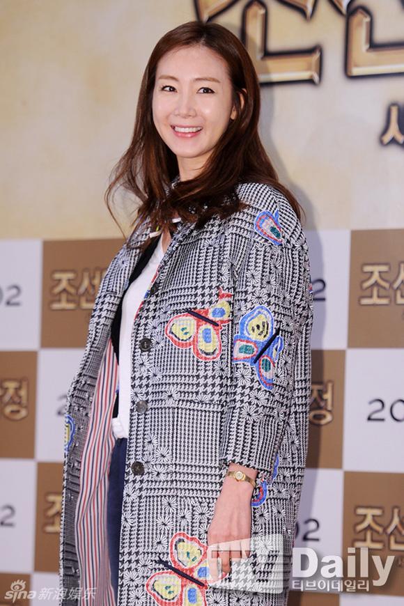 Choi Ji Woo lộ gương mặt cứng đơ thiếu tự nhiên - Hình 2