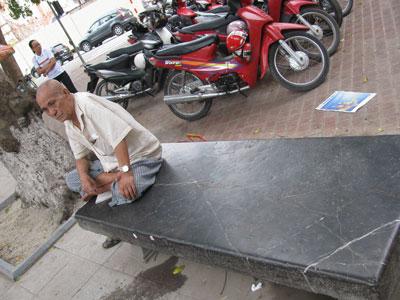 Ghế đá cổ thời Lê lớn nhất Hà Nội bị vỡ tan tành - Hình 2