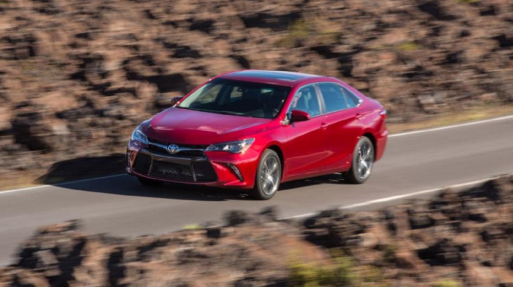 Toyota Camry dẫn đầu phân khúc sedan hạng trung tháng đầu năm - Hình 1
