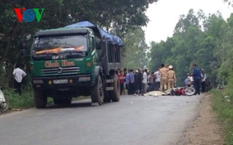 Cố vượt xe tải, cô gái trẻ bị cán tử vong - Hình 1