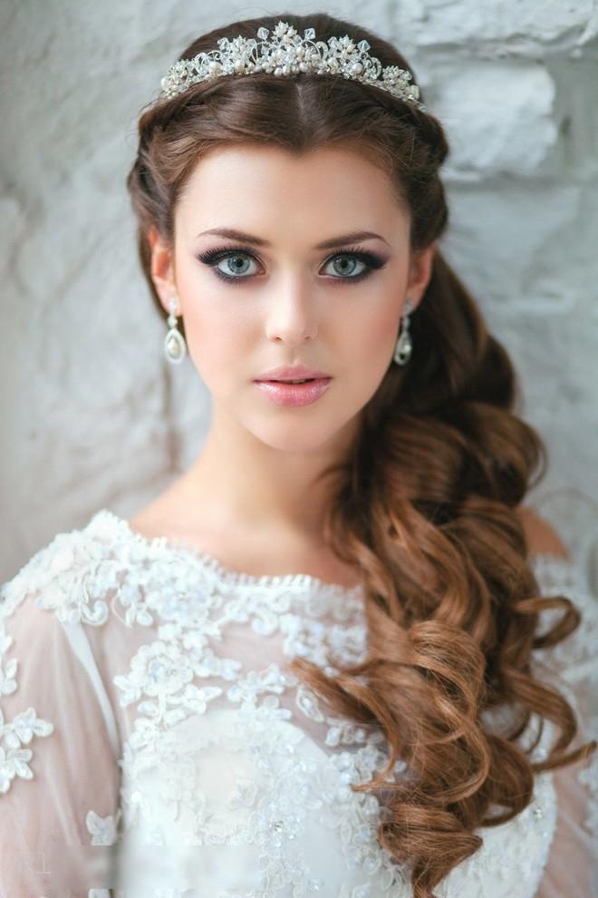 6 kiểu tóc buông dài giúp cô dâu thêm quyến rũ - Hình 9